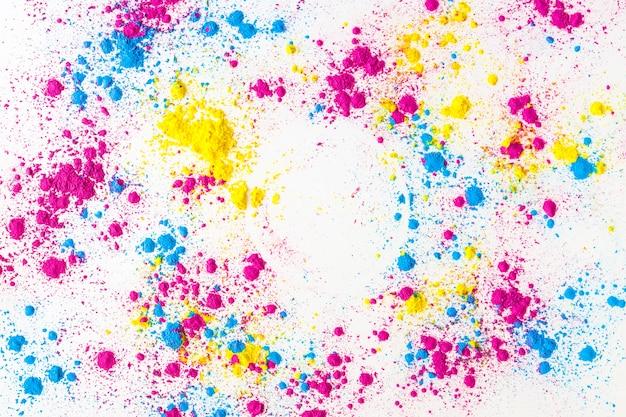 Jaune; éclaboussures de poudre de couleur holi rose et bleu sur fond blanc