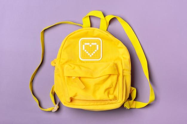 Jaune isolé sur fond violet mise à plat vue de dessus retour à l'école, concept d'éducation vue de dessus mise à plat.