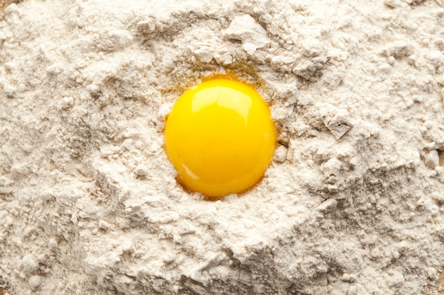 Le jaune d'oeuf sur la farine de sarrasin.