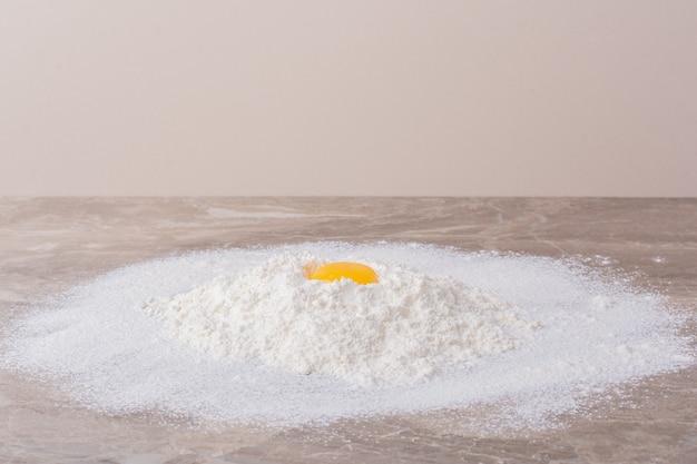 Jaune d'oeuf jaune sur farine blanche.