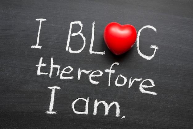Je blogue donc je suis une phrase manuscrite sur un tableau noir