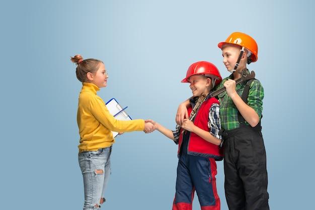 Je construis mon rêve. enfants rêvant de profession d'ingénieur. enfance, planification, éducation et concept de rêve. vous voulez devenir un employé prospère dans la fabrication, l'industrie du bâtiment, les infrastructures.