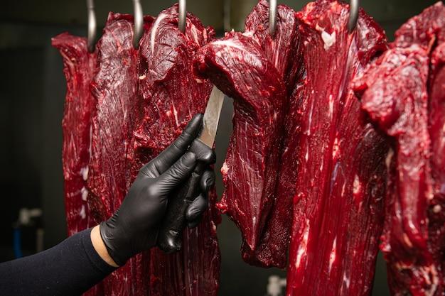 Je coupe la viande crue qui est accro