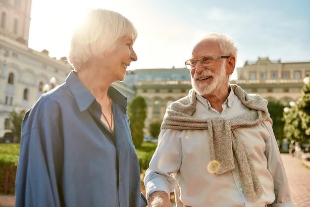 Je me sens si heureux avec vous portrait d'un beau couple de personnes âgées joyeux se regardant avec