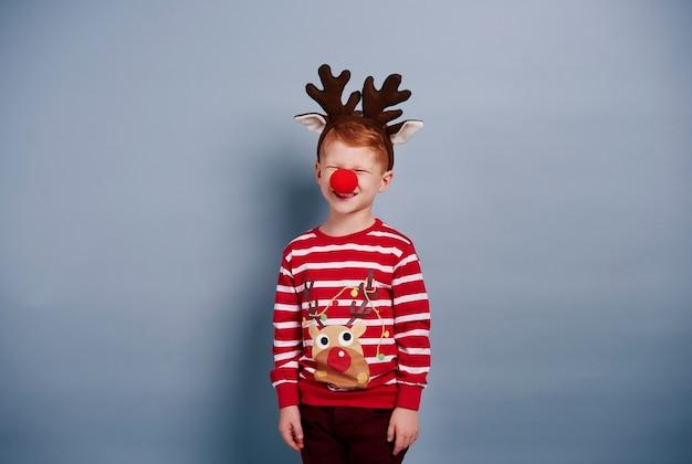 Je suis un garçon si mignon en costume de renne