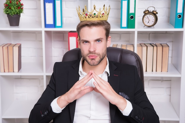 Je suis le grand patron ici. grand patron au bureau. le grand patron porte une couronne sur la tête. directeur ou grand patron. homme d'affaires ou pdg confiant. employeur à succès. tenue de soirée et mode de travail. suivez votre chef.