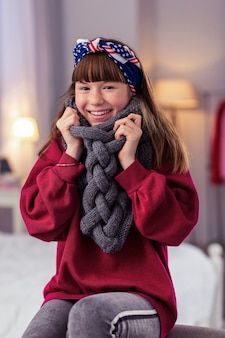 Je suis prêt. écolière mignonne gardant le sourire sur son visage tout en posant devant la caméra
