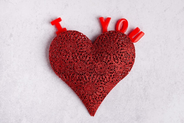 Je t'aime fond. coeur rouge et mots je t'aime sur fond gris