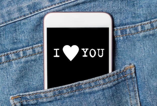 Je t'aime sur fond de téléphone sur les jeans amour et concept de valentine