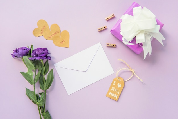 Je t'aime inscription maman avec des fleurs et un cadeau