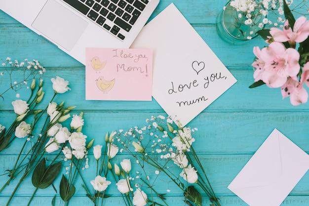 Je t'aime inscription maman avec des fleurs et un ordinateur portable
