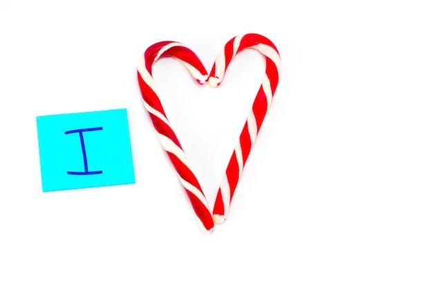 Je t'aime inscription avec le symbole du coeur fait de canne en bonbon.