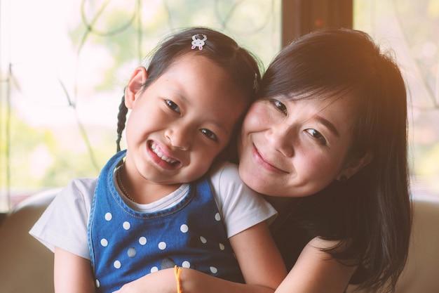 Je t'aime maman, fille et mère sourire avec amour