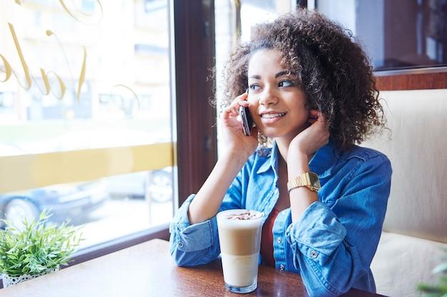 Je t'appelle juste pour t'inviter à un café