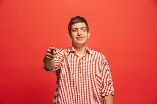 Je te choisis et commande. homme d'affaires envahissant, vous voulez, vous voulez, portrait agrandi de demi-longueur sur fond de studio rouge.