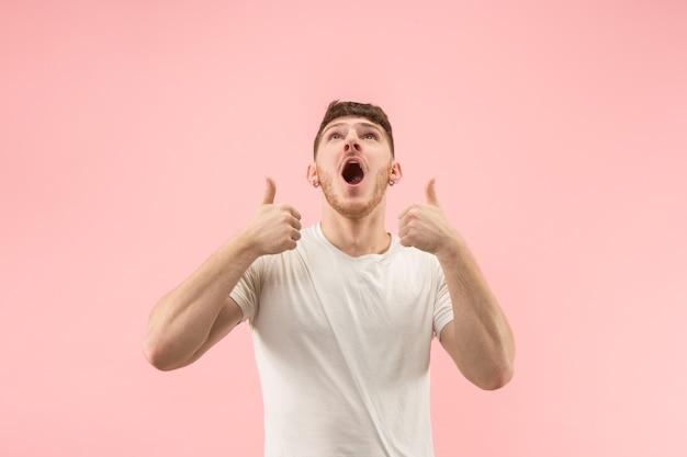 Je vais bien. heureux homme d'affaires, signe ok, souriant, isolé sur fond de studio rose à la mode. beau portrait mâle demi-longueur. homme émotionnel. émotions humaines, concept d'expression faciale