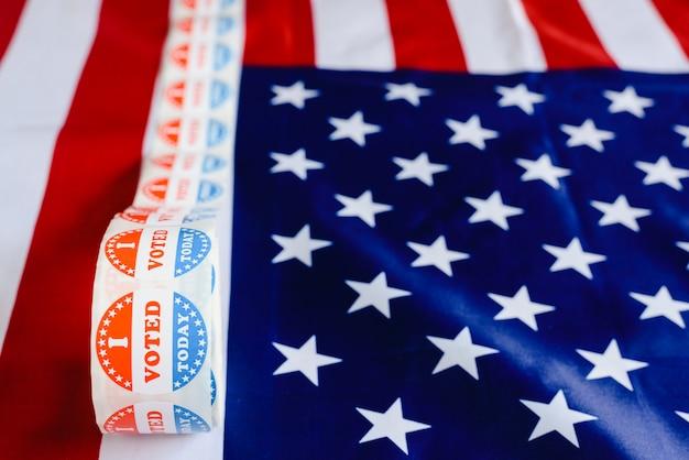 Je vote aujourd'hui sur le rouleau d'autocollants aux élections américaines sur le drapeau américain.