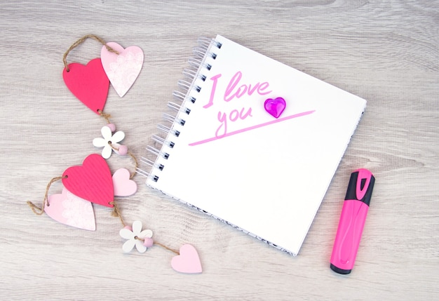 Je vous aime. inscription au marqueur dans le cahier.