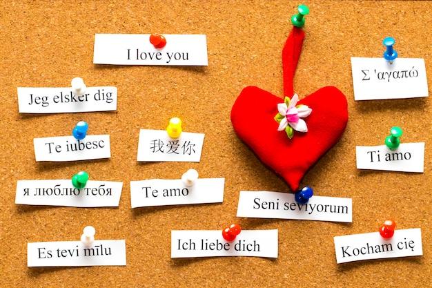 Je vous aime. mots imprimés sur des papiers dans différentes langues
