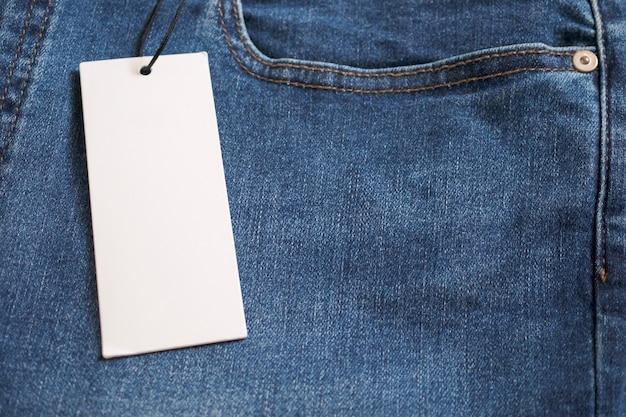 Jean bleu avec étiquette de prix blanc vierge