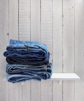 Jean bleu sur fond d'étagère en bois