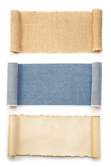 Jean bleu et rouleau de sac de jute isolé sur fond blanc