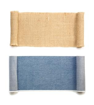 Jean bleu et rouleau de sac en toile de jute isolé sur blanc