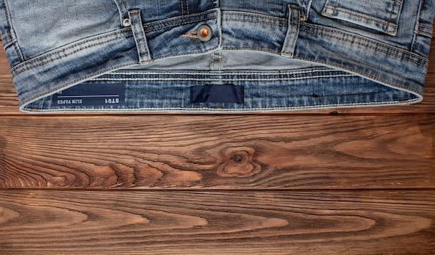 Jean bleu sur une texture de fond en bois de denim vue de dessus