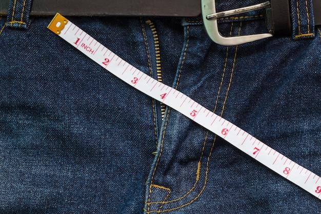 Jean avec zip ouvert avec ruban à mesurer, concept de taille de pénis