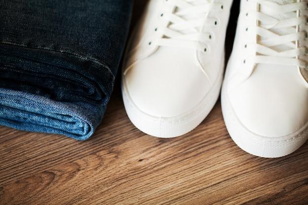 Jeans et baskets sur les étagères.