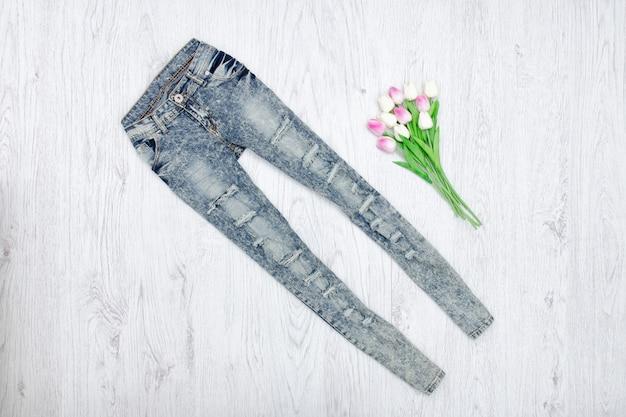Jeans et un bouquet de tulipes.