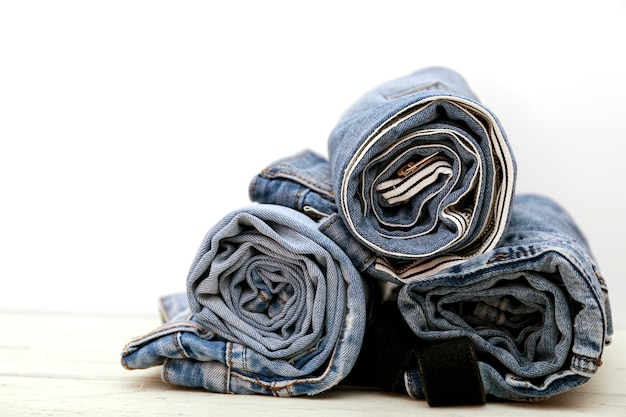 Jeans en denim bleu, disposés en pile