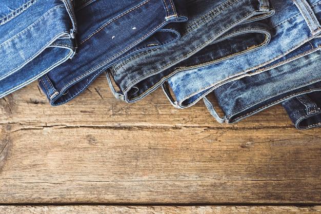 Jeans empilés sur un fond en bois
