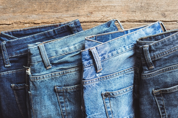 Jeans empilés sur une planche de bois