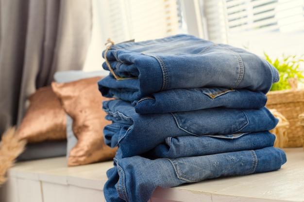Jeans empilés