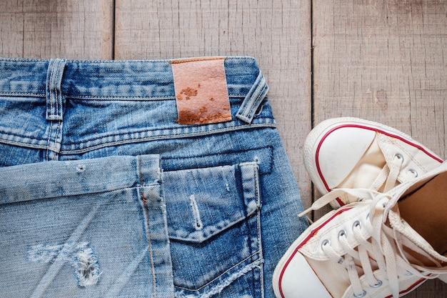 Jeans et espadrilles sur le sol.