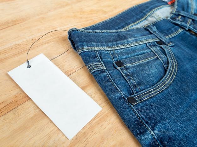 Jeans avec étiquette en peau de daim et étiquette de prix