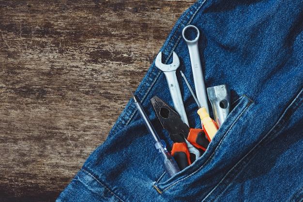 Jeans, matériel de réparation et de nombreux outils pratiques. vue de dessus avec espace de copie