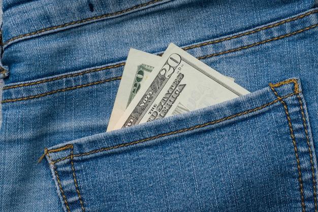 Jeans poche avec billets de vingt dollars