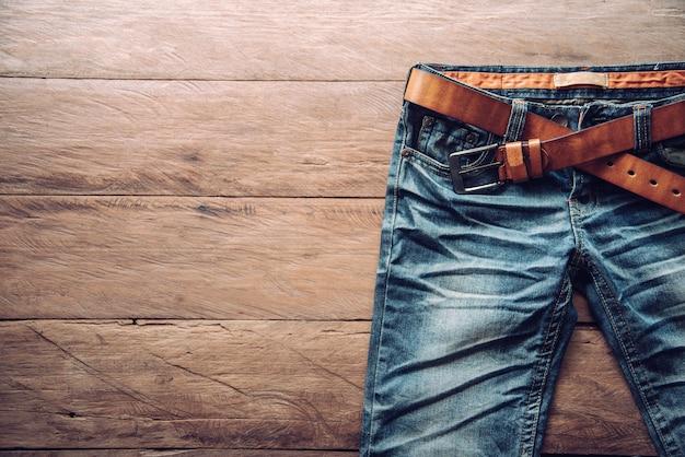 Jeans pour hommes sur un plancher en bois
