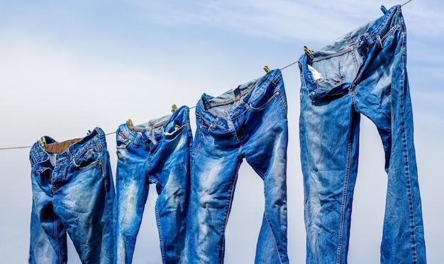 Jeans secs après lavage, accrochés à la corde