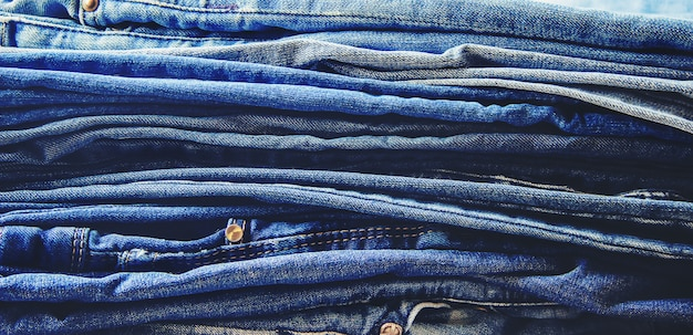 Jeans. vêtements élégants. mise au point sélective. temps de magasinage.