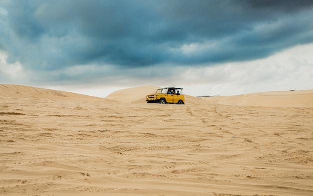 Jeep trail sur les dunes de sable blanc mui ne