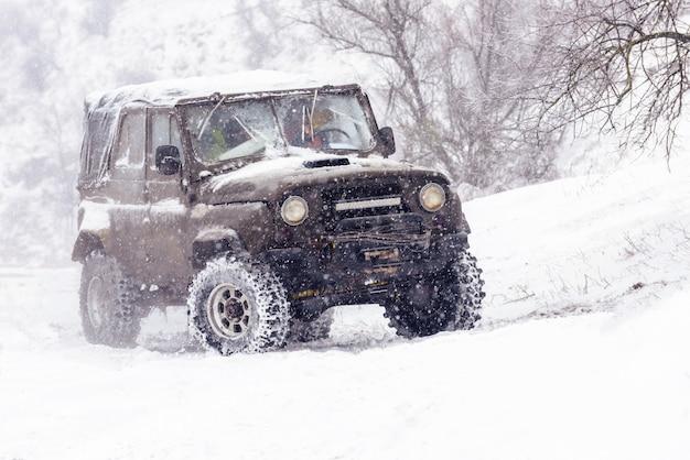 Jeeps en compétition de rallye d'hiver