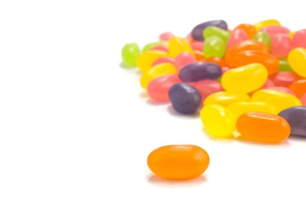 Jelly beans de couleur sur fond blanc