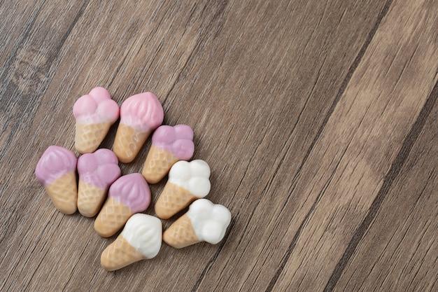 Jellybeans en forme de crème glacée sur une table en bois.