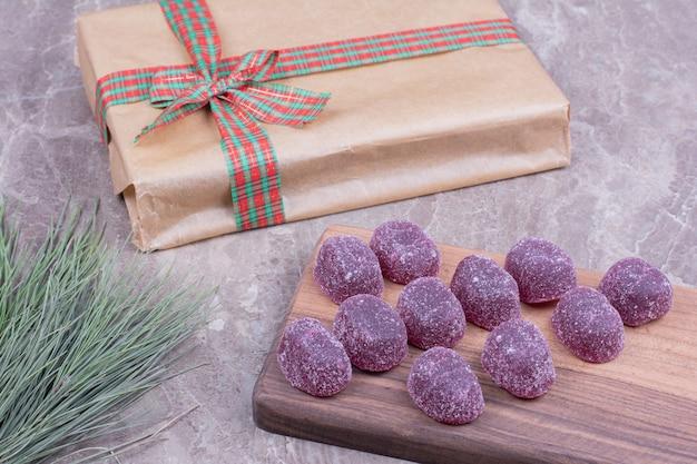 Jellybeans de prune sur un plateau en bois