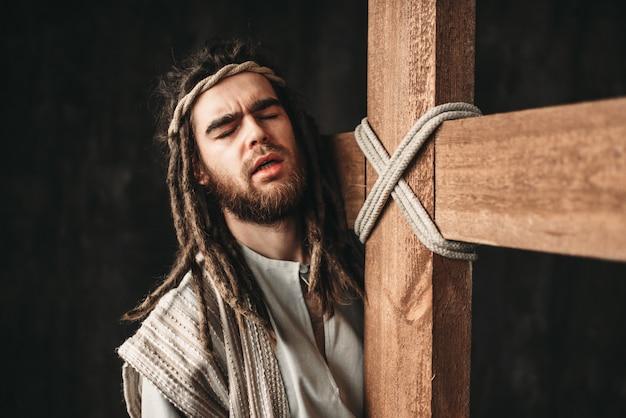 Jésus christ avec crucifixion sur fond noir