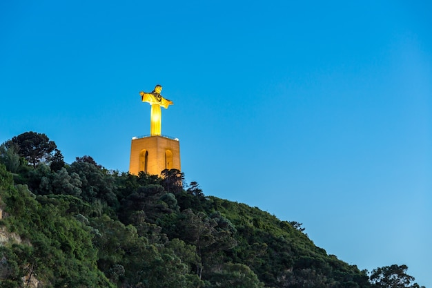 Jésus christ monument coucher de soleil lisbonne