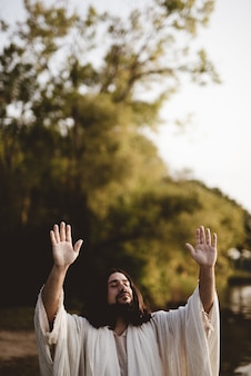 Jésus-christ avec ses mains vers le ciel tandis que ses yeux sont fermés